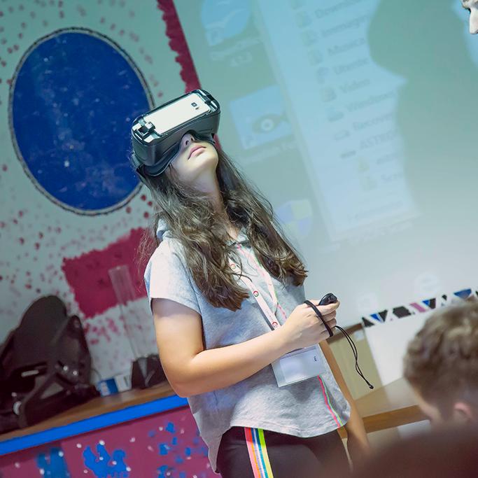 Ragazza impara a usare un dispositivo per la realtà aumentata durante lo STEAMcamp